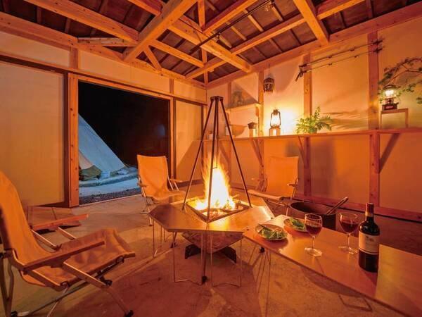 屋根付きの焚き火小屋