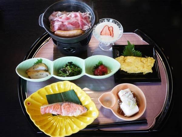 *朝食一例/焼き魚、お肉、野菜、卵など栄養バランスのとれた和食膳をご用意します。