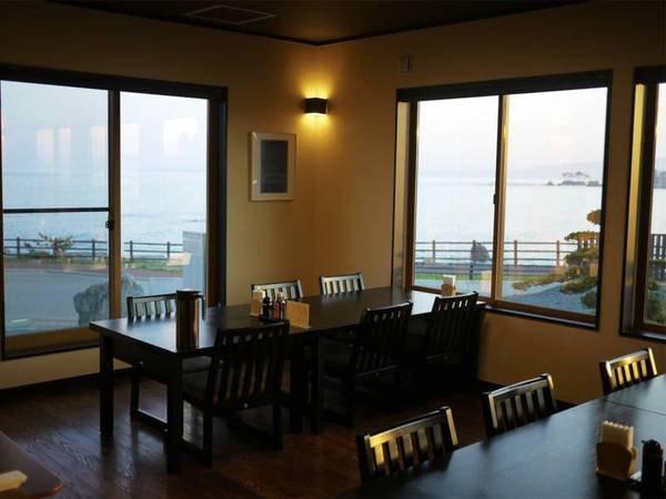*食堂/大きな窓から海を一望する食堂。目の前を遮るものは何もありません!