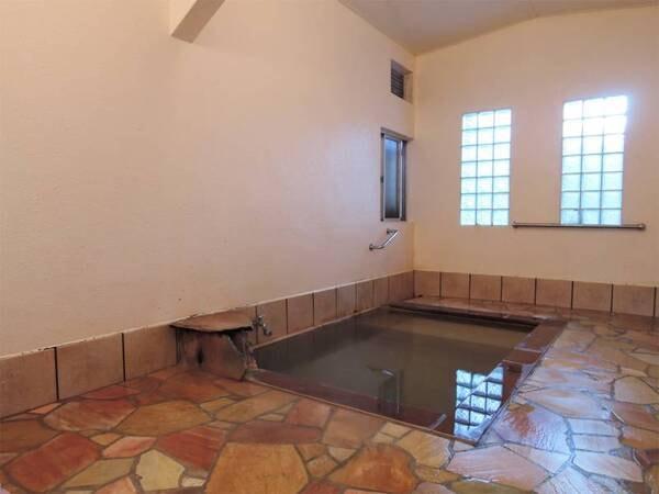 *女性用浴室/浴槽は小さめですが、常に新鮮な温泉をかけ流しております!