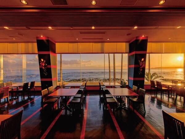 【食事会場】夕日が差し込むレストランで思う存分海の幸をご堪能下さい。目の前に広がる夕景が贅沢な時間です。