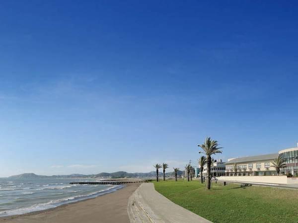 【外観】海岸沿いに位置する当館