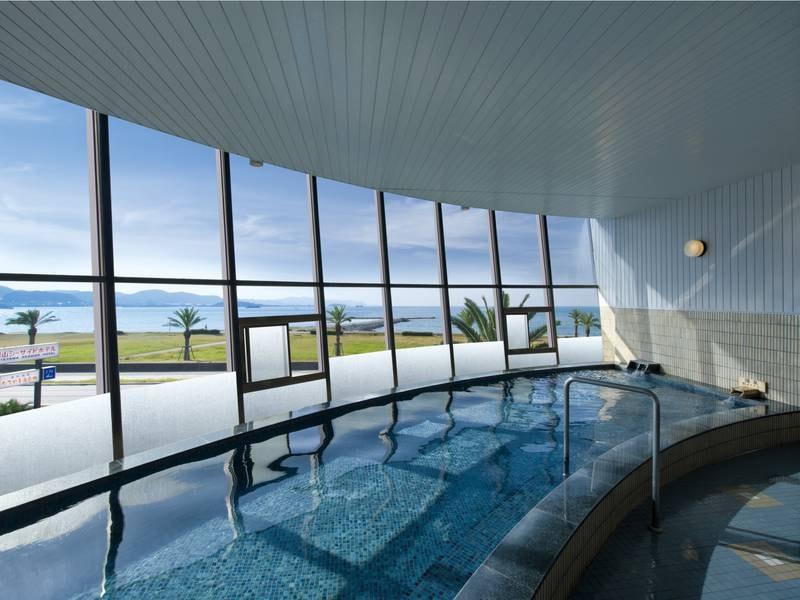 【大浴場/のびのびの湯】窓が天井まで大きく取られ開放的!