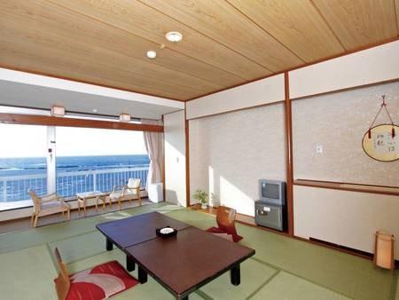 【12畳和室/例】壁一面の大きな窓から絶景を望む。12畳+4.5畳の二間和室(禁煙)