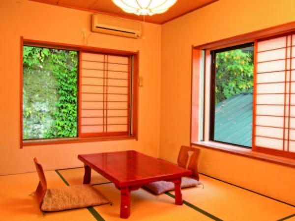 山側和室6畳 6畳の和室で景観は望めませんが、リーズナブルに宿泊(一例)