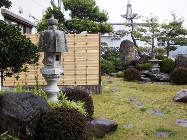 *【和風庭園】エントランス横にございます。