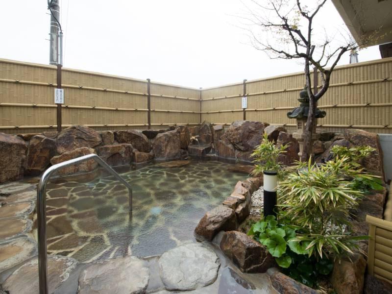 *【露天風呂】岩風呂風の露天風呂でお寛ぎくださいませ。