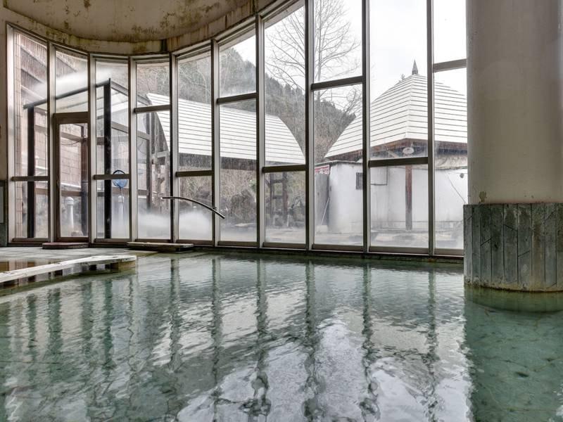 *【温泉】窓からの景色を眺めて、のんびりとお湯に浸かる至福の時間を。