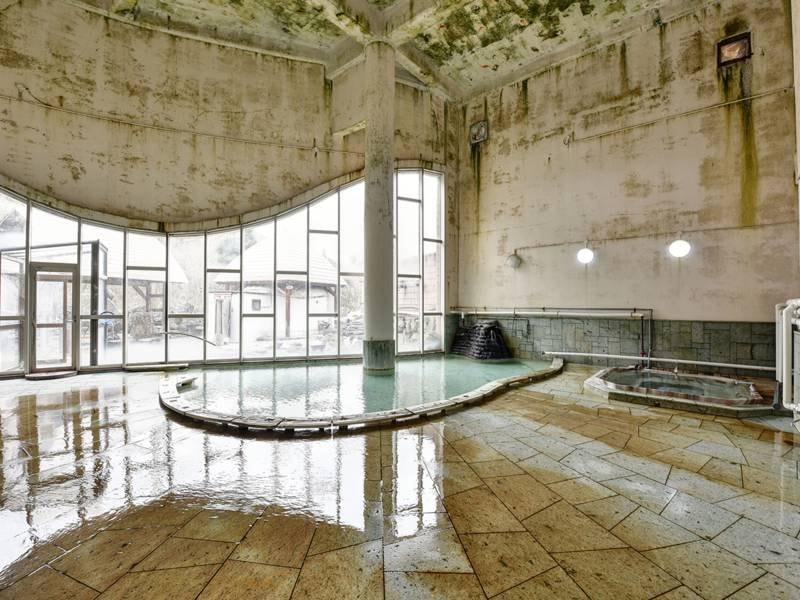 *【温泉】高い天井で開放的な空間。じっくりと温泉を満喫できます。