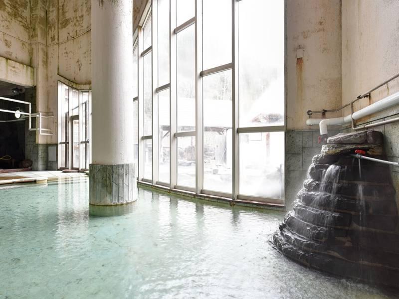 *【温泉】大きな窓からは外の光が入り、明るい空間でお寛ぎいただけます。
