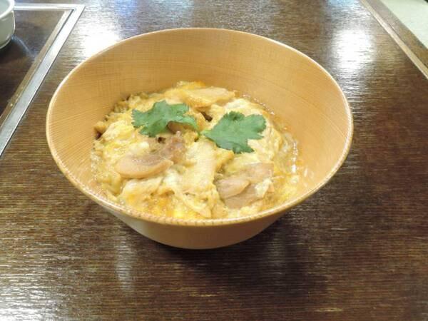 *夕食/「秋田比内地鶏や」直営ならではの極上親子丼は自慢のメニューです。
