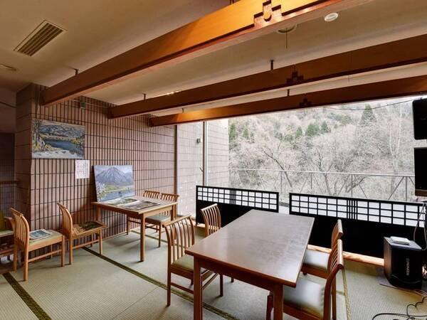 *【食事処】山中の景色をゆっくりと眺めながらお食事をお楽しみいただけます。