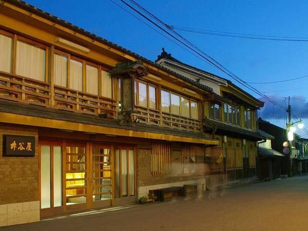 フロントや大浴場のあるメインの館です。本館は参道を挟んだ向かいです