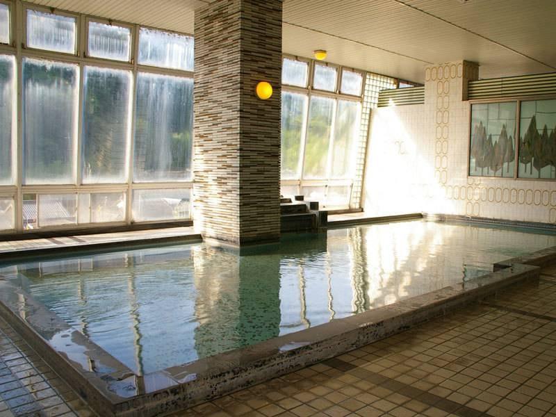 「千人風呂」という名前の通り広々とした開放的な展望風呂です