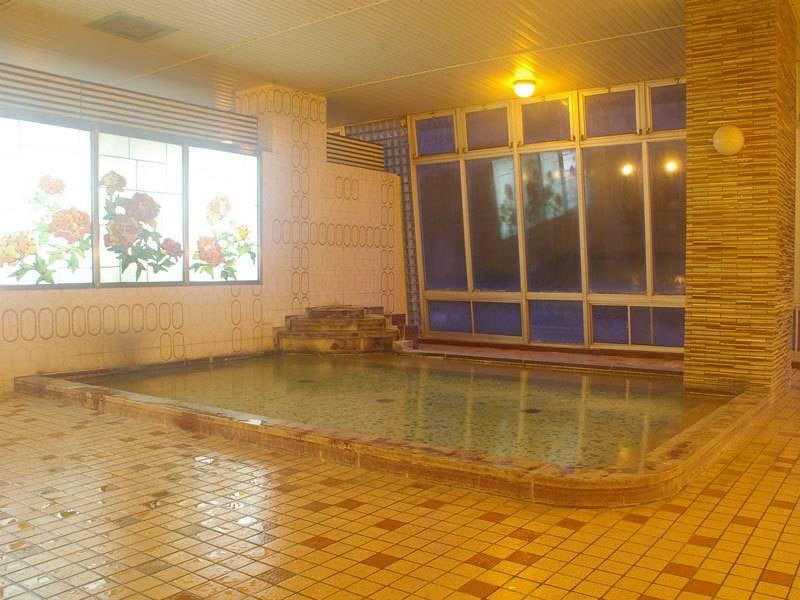 【牡丹の湯】窓にかわいい牡丹が描かれたお風呂です