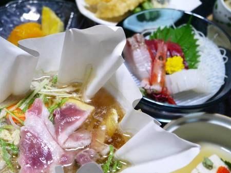 【夕食】当館名物「倭かも鍋」をはじめ、奈良らしい郷土料理を交えながら、全約10品の会席料理。