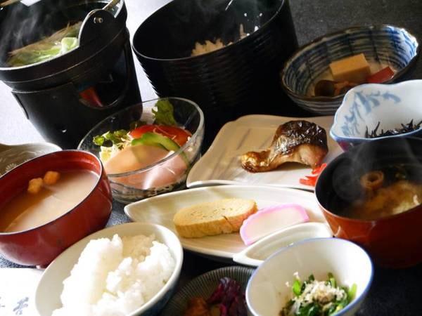 【和朝食】焼き魚、サラダ、小鉢、お味噌汁、奈良漬など老舗旅館らしい和定食。