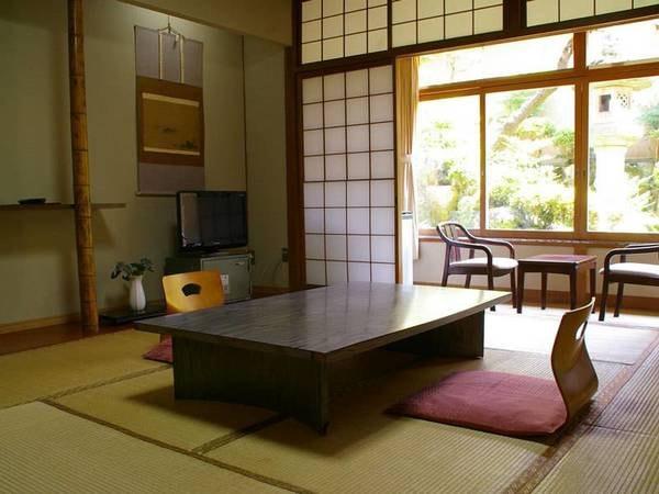 和室(トイレ付)【別館】窓からは緑が見え落ち着く空間の中でのんびりとお寛ぎいただけます