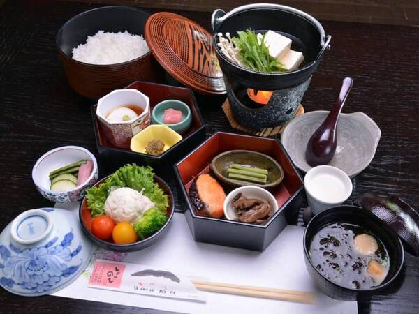 *朝食(一例)新潟の滋味を愉しむお料理が、朝の食卓を彩ります。