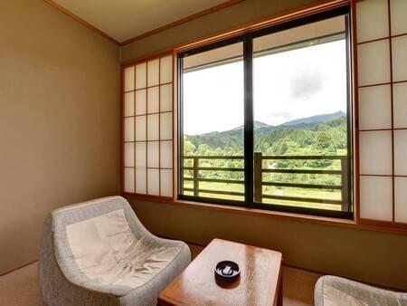 *和室8畳(客室一例)/窓際に腰掛けて心地よい風を感じながら柏崎の田園風景を眺めて。