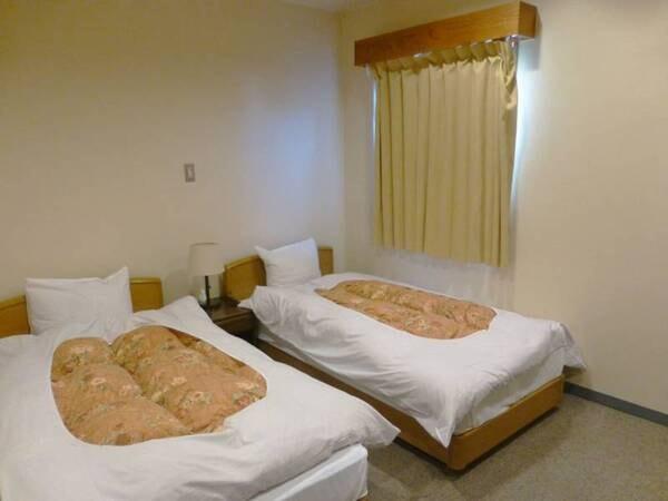 *洋室ツイン(客室一例)コンパクトで使い勝手の良いツインのベッドのある洋間。