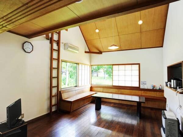 *【貸別荘:10人棟】吹き抜けのリビングスペース!右手には対面式で使いやすいキッチンも。