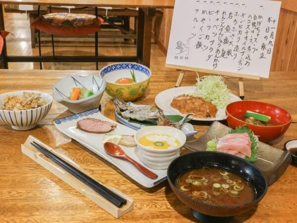 *[ご夕食全体一例]地場産の季節の山菜や生簀で生かしている新鮮な川魚を中心とした約10品の和会席