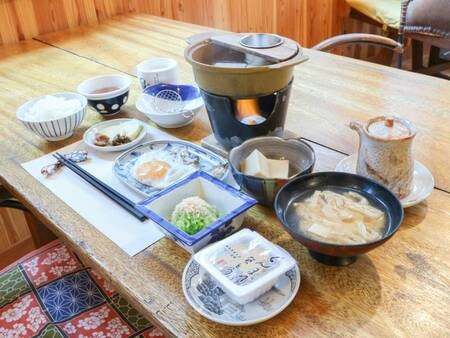 自家製味噌のみそ汁をはじめとした栄養バランスを考えた和朝食/一例