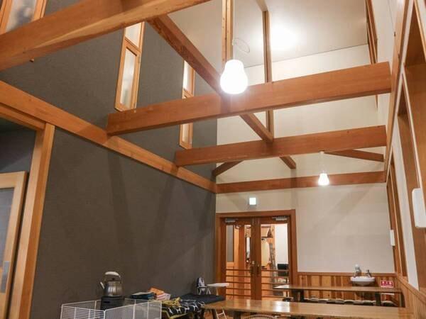 *[食堂]木をふんだんに使った山小屋風の雰囲気