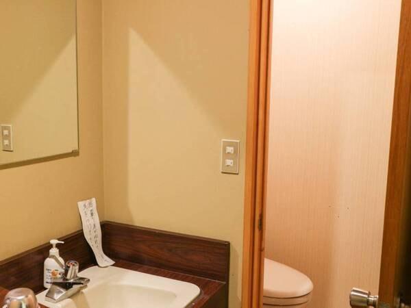 *「別館/客室一例」洗面台とお手洗い