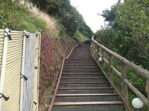 山頂露天風呂「雲母」はこちらの階段を上がった先です!!