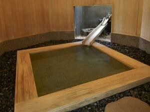 【伊豆石風呂「鼓舞」】周囲を檜の壁に囲まれてリラックス