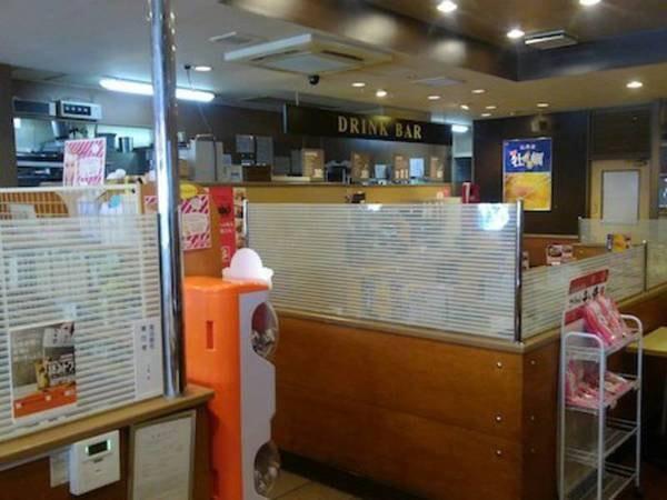 館外ファミリーレストラン/店内