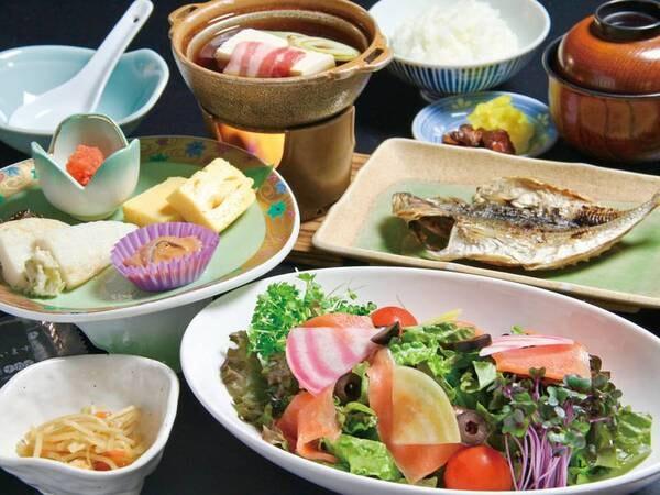 【朝食/例】カラフルな彩りのサラダや、アジの干物など
