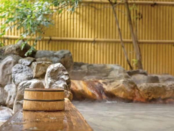 【露天風呂】檜の湯船に大涌谷から引湯したにごり湯が注ぐ