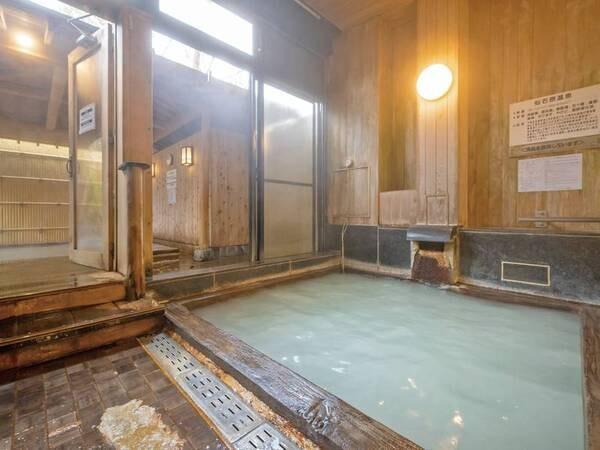 【内湯】内湯の檜風呂は濃厚な源泉かけ流し!