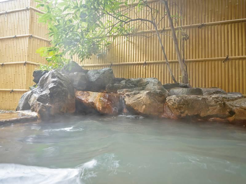 【露天風呂】檜の湯船に大涌谷から引湯したにごり湯が注がれる