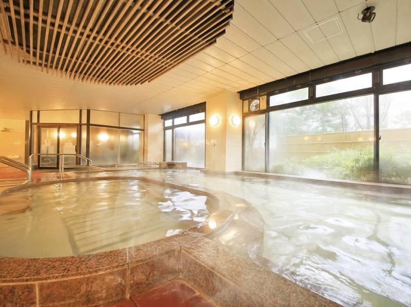 【内湯】広々とした大浴場。ジャグジーなども完備
