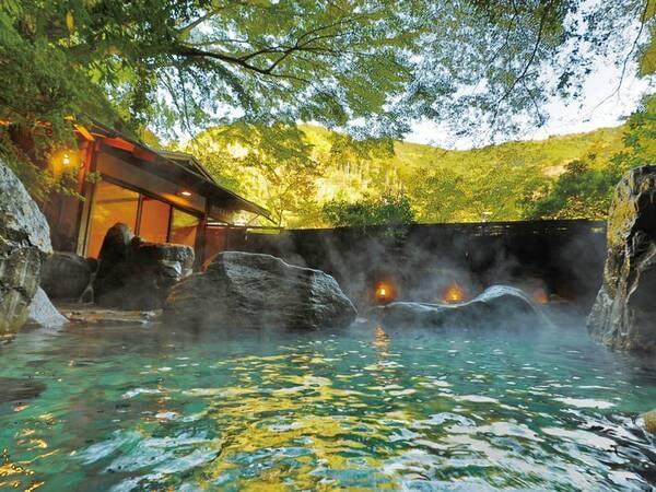【仙境野天風呂】木々に囲まれ、滝を望む野趣あふれる露天風呂