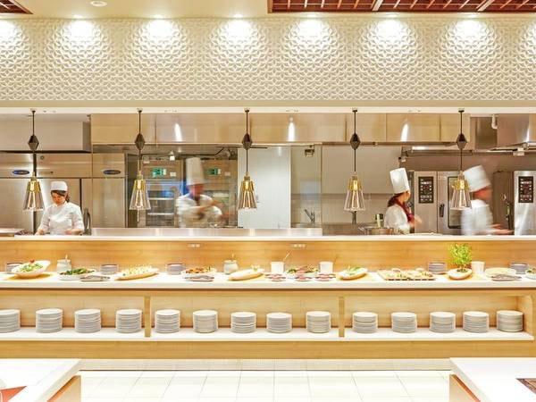 【ライブキッチン】約10mの大型ライブキッチンを新設!天ぷらや寿司をはじめ、朝食では焼き立てパンなど出来立てアツアツのお料理をご提供