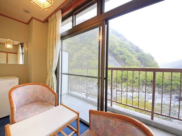 【渓流沿い和室10畳(2階または3階)/例】中川のせせらぎの音を聞きながら時間を忘れて寛ぐ