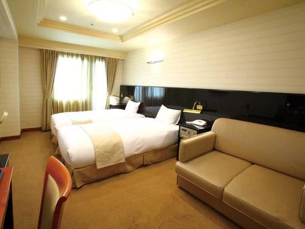 【客室/例】面積22.0㎡と、広めに設計された室内にフットライトがくつろぎの時間を演出