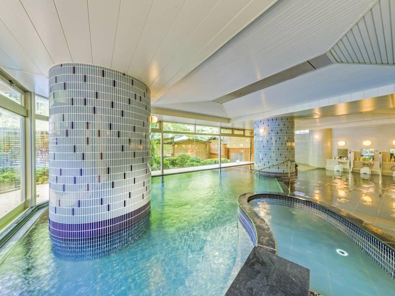 【殿方大浴場】解放感のある湯殿でのんびりと湯に憩う