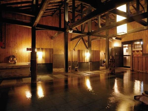 【大浴場「玉桂の湯」】古代風呂、信楽風呂など趣の異なる数種類の内風呂で源泉かけ流しを楽しめる
