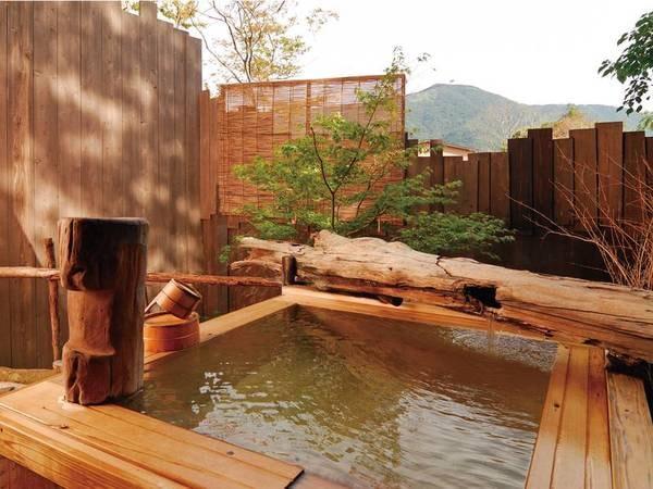 【貸切露天風呂「観月」】3つの貸切露天風呂では野趣あふれる箱根の自然を堪能できる