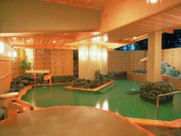 【桧大露天風呂「花桧」】湯量豊富な自噴温泉の桧大露天風呂
