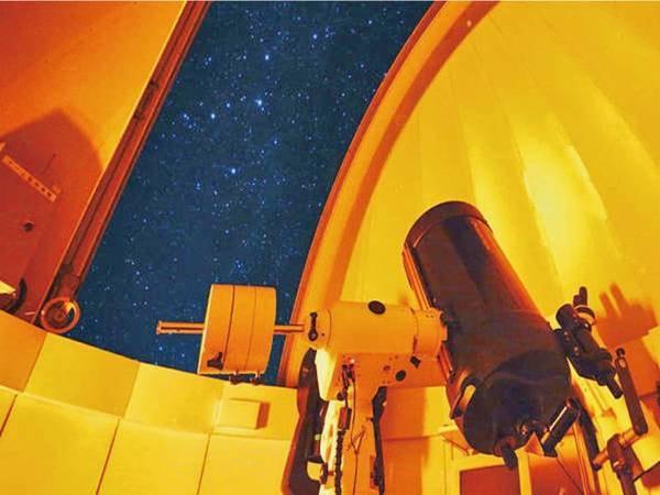 【屋上展望デッキ】夜には美しい星々を天体観測、日中は八ヶ岳をはじめとした山岳風景を楽しめる