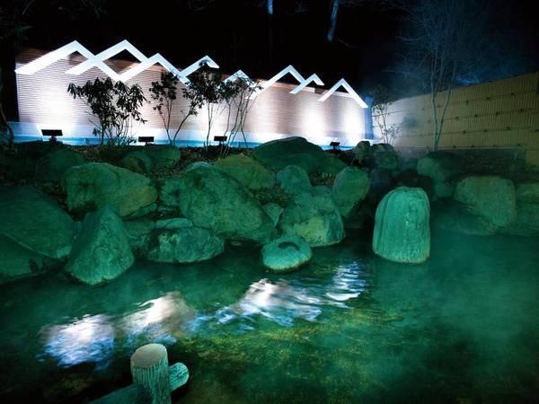 【露天温泉岩風呂】星空を眺めて温泉を愉しめる滝と光が美しい露天風呂