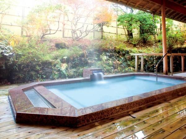 【富士ビューホテル(富士屋ホテル河口湖アネックス)】富士山と河口湖の間に建つ絶好のロケーション。三万坪の広々とした庭園で四季折々の自然を愛でる