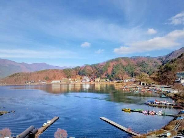 【山岸旅館】自慢は、効能豊かな富士の名湯がたっぷり注がれ河口湖を一望できる眺望の良いお風呂。